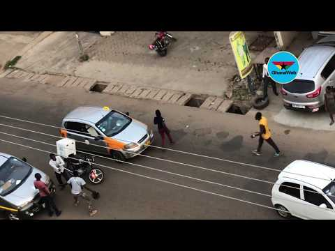 Video: Motor rider and private car driver's fight causes traffic jam