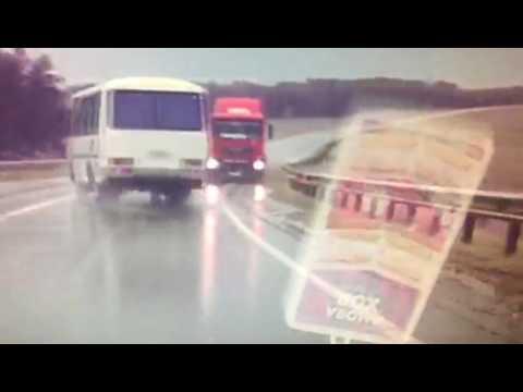 Водитель автобуса чудом избежал столкновения с фурой