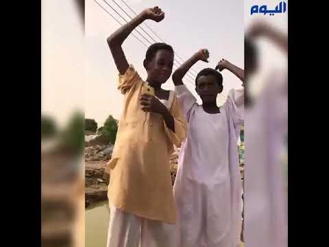 «يحيا الملك سلمان».. أطفال السودان يهتفون بعفوية عند وصول المساعدات السعودية
