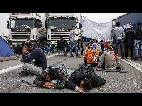 Ειδομένη: Με αποκλεισμούς δρόμων αντιδρούν οι πρόσφυγες στο κλείσιμο των συνόρων