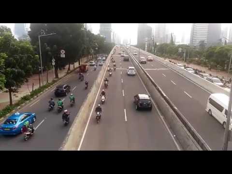 Pengendara sepeda motor lawan arah untuk hindari razia polisi di JLNT casablanca