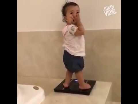 Μικρό κορίτσι τρελαίνεται όταν βλέπει το νούμερο στη ζυγαριά