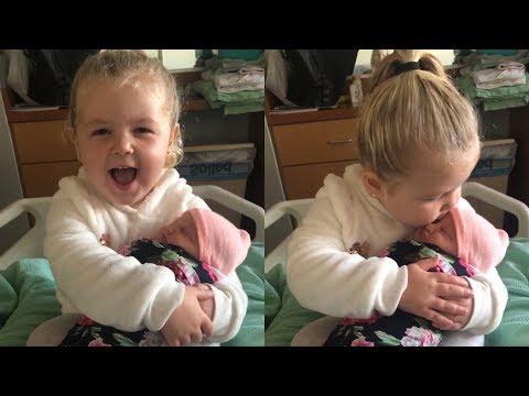 ילדה בת 3 מקבלת באהבה גדולה את אחותה התינוקת הקטנה