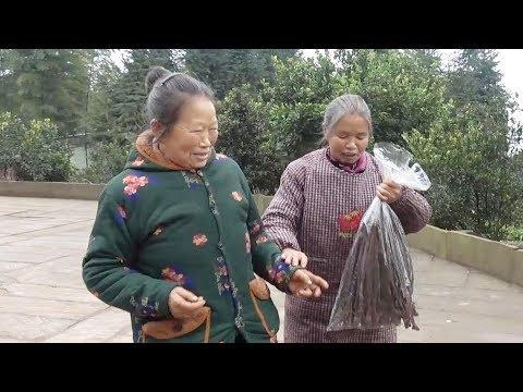 农村四哥:王四大姐回来了,老妈把老祖婆接来吃饭,看到大孙女跑来满脸笑容
