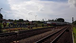 preview picture of video 'KA Singasari di St. Cirebon, loko CC 203'