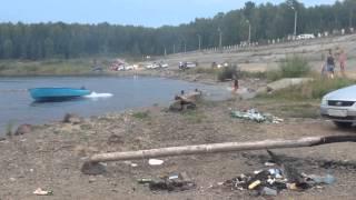 Смотреть онлайн Подвыпивший парень потерял заведенную лодку
