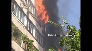 Пользователи соцсетей выкладывают видео с места пожара