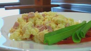 Смотреть онлайн Простой рецепт взбитой яичницы с беконом