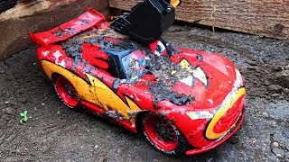 Cars 3 Off Road Mack Truck Hauler and Lightning McQueen Racers and Pushes Them in Mud