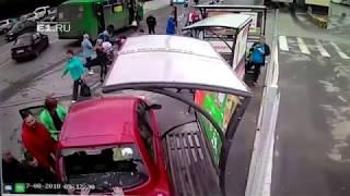 18+ В Екатеринбурге женщина на Nissan сбила людей на остановке