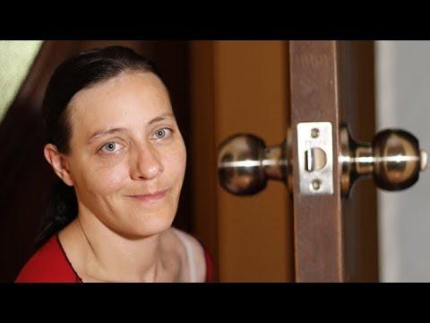 Как снять дверную ручку и поставить новую (КРУПНЫМ ПЛАНОМ)