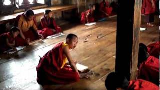 preview picture of video 'Classe de moinillons - Little monks's classroom - Chimi Lhakhang (Temple de Chime) - Bhoutan'