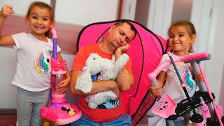 Ксюша и Арина мешают папе спать своими игрушками / Pretend play with sleep
