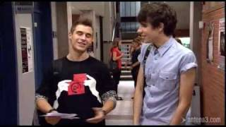 Fred offre un cadeau à David