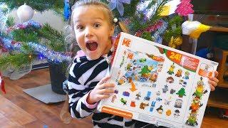 Santa Claus give Christmas presents | Niki Pretend Play with Toys