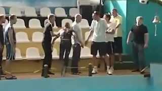 1 против 4 охранников Драка в дельфинарии