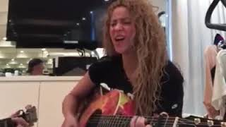 Shakira Live Una pequeña pausa en mi día para cantar una canción de amor! / A little pause in my day