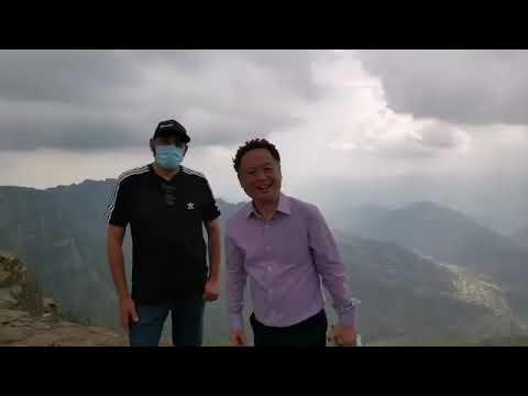 شاهد.. السفير الصيني في السعودية يزور أبها وينشر فيديو من أعلى قمة في جبال السودة