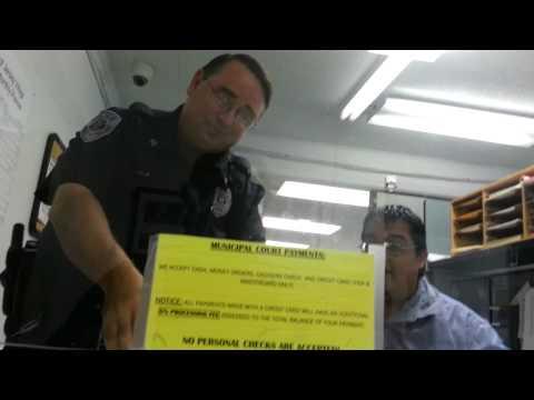 Dobio saobraćajnu kaznu pa prilikom plaćanja šokirao i ponizio policiju!