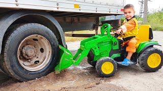 شاحنة عالقة في الوحل. ديما ركوب على عجلات قوة جرار للمساعدة