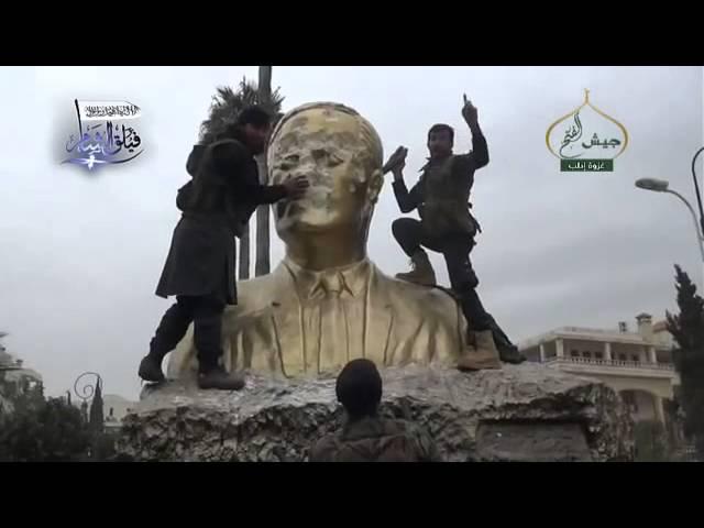 تحطيم تمثال حافظ الأسد بعد استيلاء المعارضة السورية على مدينة أدلب