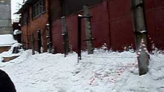 Сход снежной лавины с крыши.