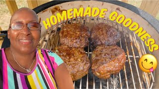 How To Grill Homemade Hamburges / Using A Kamado Style Charcoal Grill