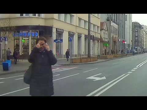 piesza-idzie-przez-srodek-ulicy