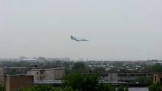 preview picture of video 'Tupolev Tu-154 lands in Tashkent, Uzbekistan'