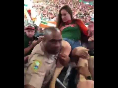Полицейский нокаутировал пьяную женщину на стадионе в Майами