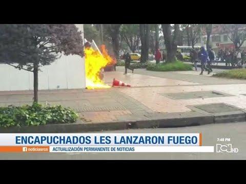 Encapuchados atacaron con fuego a dos policias en la parte externa del edificio de RCN Radio