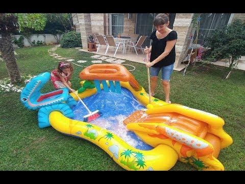 Bahçede köpük köpük dinazor havuzu yıkıyoruz, çok eğleniyoruz