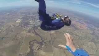 Paraquedista tem crise em pleno voo e é salvo pelo instrutor