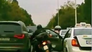 Смотреть онлайн Подборка: Мотоциклисты врезаются в открытую дверь