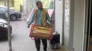 Индийская музыка. Барабанщик.