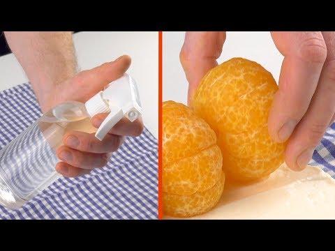 Sprühe das Geschirrtuch mit Wasser voll und rolle die 5 Mandarinen damit ein