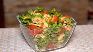 Лёгкий салат с креветками, рукколой и помидорами черри