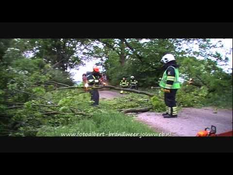 Brandweer Vierlingsbeek haalt tak van weg Maashees 29-04-2011
