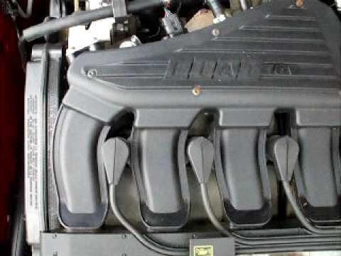 Der Toyota korolla 2008 welche das Benzin, in zu gießen