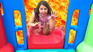 Sarah brinca no parquinho! O CHÃO É LAVA | Sarah play on Playground in the Park! The Floor is Lava