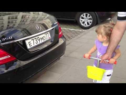 2-vuotias tyttö tuntee automerkit – todella suloinen