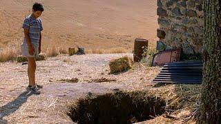 【穷电影】村里有个奇怪地洞,男孩好奇爬进,却发现村里大人们的可怕秘密
