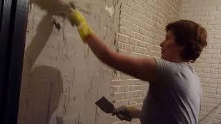 Имитация кирпичной кладки: жена накидывает штукатурку