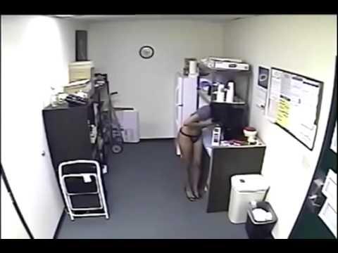 Donna riempie il contenitore col suo latte
