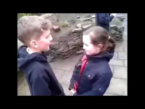 حب وقبلات وعناق واشتياق حب الحقيقي بين الاطفال صغار مؤثر جدا