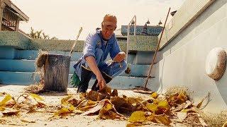 【穷电影】老人清理泳池的时候,发现地上有东西,捡起一看脸色瞬间变了