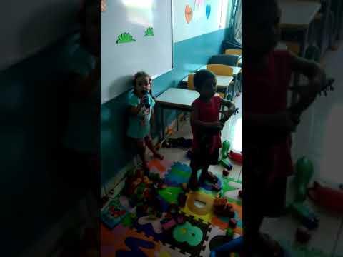 Antonella cantando com seu amiguinho na escolinha CIMEI em Avelinopolis