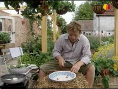 Джейми Оливер готовит салат из клубники