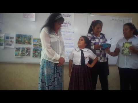 En donación de libros en la I E  Sara A  Bullón Lambayeque Soledad Tovar Sáenz