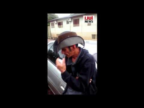 Motorista bêbado bate em caçamba de entulhos e acaba preso, em Ijuí